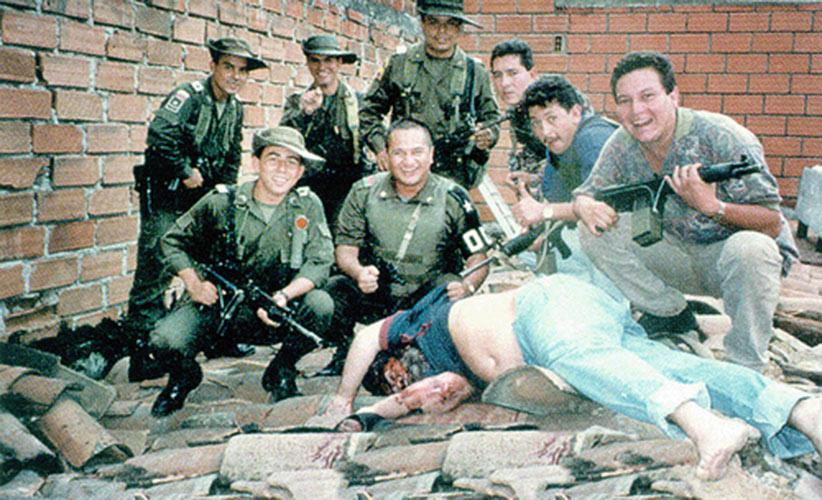 Le bloc de recherche posant avec le cadavre de Pablo Escobar en 1993