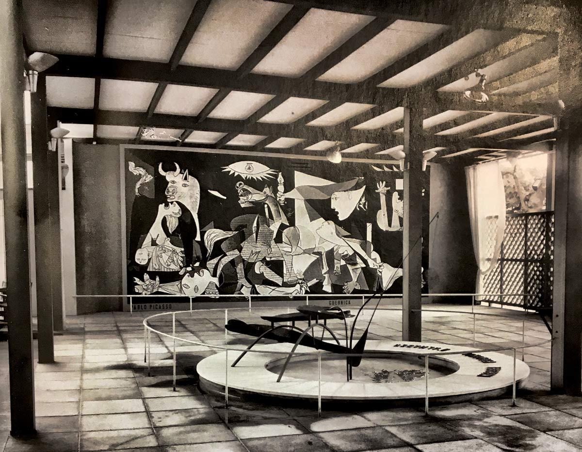 Guernica exposée au pavillon espagnole de l'exposition universelle de 1937