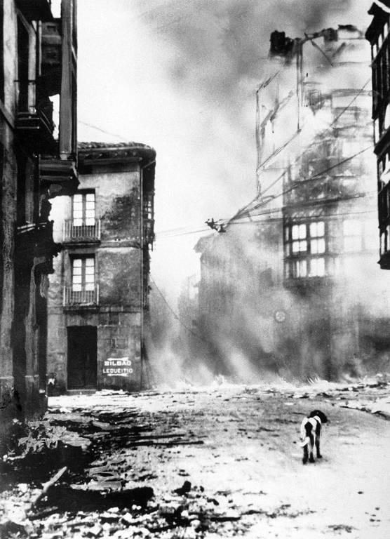 Photo de Guernica après le bombardement en 1937