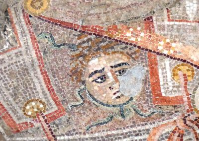 Détail de Méduse la gorgone sur le plastron d'Alexandre